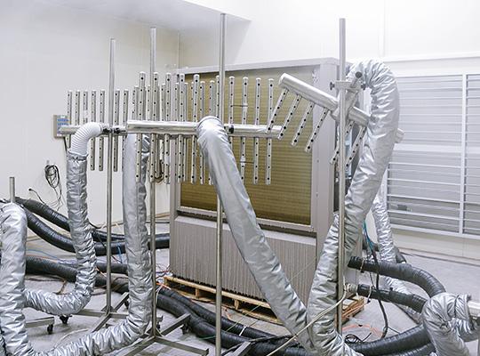 """芬尼克兹在商用领域的产品涉及房间采暖制冷、中央生活热水、泳池恒温除湿等,其中超低温热泵北极星系列获得国家级成果鉴定,成为北方地区取代传统采暖锅炉的""""克霾""""利器;"""